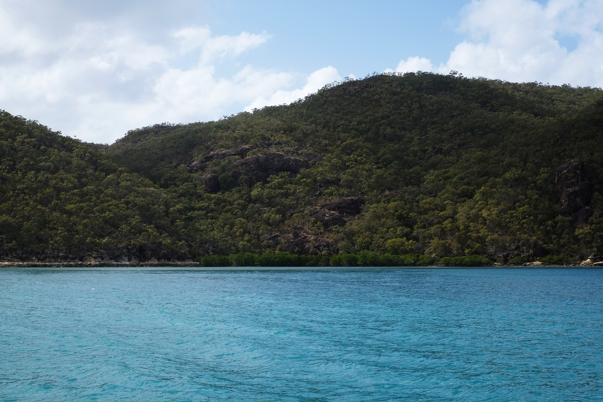 ocean and island in the whitsundays